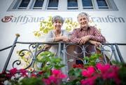 Olivia und Jürg Langer auf der Treppe zum Gasthaus zum Trauben. (Bild: Reto Martin)