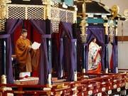 Der japanische Kaiser Naruhito (links) verkündet seine Thronbesteigung. Rechts von ihm Kaiserin Masako. (Bild: KEYSTONE/EPA JIJI PRESS/JAPAN POOL)