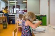 Das schmeckt vielen Eltern nicht: Im Kanton Tessin müssen vierjährige Kinder das Mittagessen zwingend in der Mensa einnehmen. (Bild: Samuel Golay/Keystone/Ti-Press)