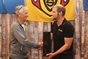 Urs Briker (rechts), Präsident des Urner Skiverbands, dankt Mentaltrainer Ambros Arnold für das Referat. (Bild: Paul Gwerder, Attinghausen, 21. Oktober 2019)