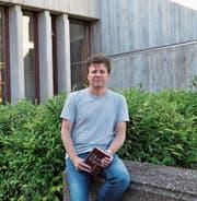 Mathias Ninck sitzt vor der Kanti in Wattwil. Als er diese Schule besuchte, hat er mit Schreiben begonnen, nämlich beim heutigen «Toggenburger Tagblatt». (Bild: Sabine Camedda)