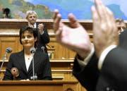 Applaus für die nicht wiedergewählte Bundesrätin Ruth Metzler am 10. Dezember 2003 vor der Vereinigten Bundesversammlung in Bern. (Bild: REUTERS SCHWEIZ/Peter Mosimann)