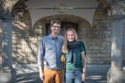 Christian und Tina Bernhard-Bergmaier vor der Kirche Haldenbüel in Gossau, die sie «gemütlich wie eine Stube» finden. (Bild: Lisa Jenny)