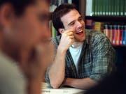 Wer eine tertiäre Ausbildung beginnt, hat gut lachen. Fachhochschulabschlüsse, Eidgenössische Fachausweise und Eidgenössische Diplome steigern die Chancen auf eine Führungsposition signifikant. (Bild: Keystone/MARTIN RUETSCHI)