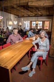 Jürg und Olivia Langer am langen Tisch in der Gaststube. (Bild: Reto Martin)