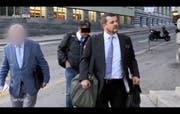 Der mutmassliche Betrüger und sein Thurgauer Pflichtverteidiger Hermann Lei vor dem Gerichtsgebäude in Bern. (Bild: Screenshot Tele M1)