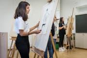 Blick in eine Zeichnungsklasse der Talentschule Gestaltung, die neu im Bürgli-Schulhaus untergebracht ist. (Bild: Hanspeter Schiess - 20. August 2019)