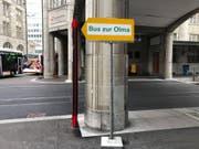 Der Wegweiser zu den Olma-Bussen stand am Mittwochmittag, drei Tage nach Messeschluss, immer noch zwischen Haupt- und Gaiserbahnhof. (Leserbild: Roger Tinner - 22. Oktober 2019)