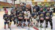 Karin und Toby Spirig von Sùmmarvoogìl mit den Trainern Andy Plüss (2. v.l.) und Sascha Moser sowie einigen Hockey-Kids der U11- und U9-Mannschaften. Bild: pd