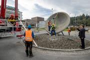 Arbeiter stellen den Kreisel wieder her. (Bild: Philipp Schmidli, Root, 24. Oktober 2019)