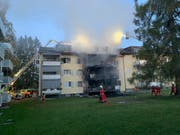Am Samstagabend ist beim Brand in einem Mehrfamilienhaus in Uster ZH eine Person ums Leben gekommen. (Bild: PD Kantonspolizei Zürich)