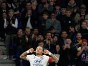 Memphis Depay mit seinem typischen Jubel nach dem 1:0 gegen Metz (Bild: KEYSTONE/AP/LAURENT CIPRIANI)