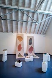 Stefanie Koemeda setzt sich in ihrer Installation aus Keramikobjekten und Plastikkanistern mit der Vermüllung der Weltmeere auseinander.