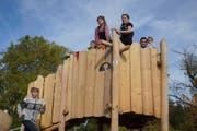 Der neue Spielplatz bietet Beschäftigungen für kleinere und grössere Kinder. (Bild: Maya Heizmann)