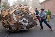 Nervenkitzel pur für die Vernissagebesucher der Werkschau Thurgau: Bei der Performance «Eine Einigelung unterwegs» von Christoph Rütimann war die Bahn der Holzkugel nur beschränkt steuerbar. (Bilder: Reto Martin)