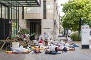 Eine Belagerung mit strafrechtlichen Folgen: Klimaaktivisten im Juli vor dem Eingang dieser UBS-Niederlassung am Aeschenplatz in Basel. (Bild: Georgios Kefalas/Keystone)