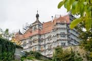 Das eingerüstete Schloss Sonnenberg. Als nächstes steht die Sanierung der Fassade an. (Bild: Donato Caspari)