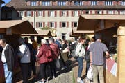 Zahlreiche Besucher probierten die 200 verschiedenen Spezialitäten an den Ständen der Käserinnen und Käser. (Bild: Simon Huber)
