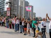 Tausende Libanesinnen und Libanesen bildeten eine 170-Kilometer lange Menschenkette vom Norden in den Süden - wie hier an der Corniche in Beirut. (Bild: Keystone/EPA/NABIL MOUNZER)