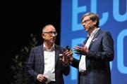Economy Rocks im Theater Uri. Moderator Reto Brnnwald im Gespräch mit UKB-CEO Christoph Bugnon. (Bild: Urs Hanhart, Altdorf, 25. Oktober 2019)