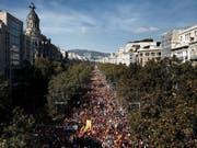 Bei der ersten grossen Gegenkundgebung seit den Gerichtsurteile gegen neun Separatistenführer, war auf den Strassen Barcelonas wieder ein Meer aus spanischen Flaggen zu sehen. Viele riefen «Viva España!» und «Es lebe der König!». (Bild: Keystone/EPA EFE/JESUS DIGES)