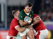 Ein Bild mit Symbolcharakter. Der Südafrikaner Handré Pollard setzt sich gegen zwei Spieler aus Wales durch. (Bild: KEYSTONE/AP/AARON FAVILA)