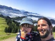 Sandro Reichmuth und Sohn Nelio diesen Sommer auf dem Kronberg. (Karten und Bilder: PD)