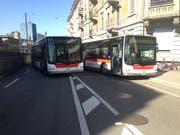 Stadtbusse versperren währen dem Kinderfest den Weg zum Umzug auf dem Blumenmarkt. (Bild: Reto Voneschen – 20. Juni 2018)