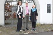 «Alpentöne»-Geschäftsführer Pius Knüsel mit Graziella Contratto (links) und Barbara Betschart. (Bild: Markus Zwyssig, Altdorf, 28. Oktober 2019)