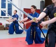 Sabine Alt (Mitte) ist seit 2015 Instruktorin in der koreanischen Schwertkunst Haidong Gumdo. (Bild: Maria Schmid, Baar, 23. Oktober 2019)