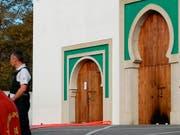Die Türe zur Moschee in Bayonne nach der Tat. Ein 84-Jähriger wurde festgenommen. (Bild: KEYSTONE/AP/STR)