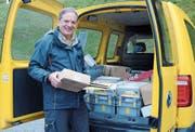 Am Mittwoch wird Hans Frischknecht zum letzten Mal mit dem gelben Auto vorfahren und Briefe zustellen. (Bild: Astrid Zysset)