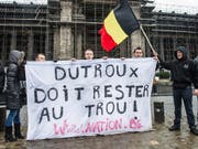 Demonstrationen in Brüssel vor dem Justizpalast im Jahre 2013: Damals hatte der Mädchen-Mörder Marc Dutroux einen Antrag auf Haftentlassung eingereicht. (Bild: KEYSTONE/AP/Geert Vanden Wijngaert)