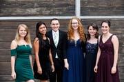Die fünf Absolventinnen und der eine Absolvent des FHS-Fachbereichs Gesundheit nach der Diplomfeier vom vergangenen Donnerstag vor der Lokremise. (Bild: PD