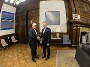 Er übernimmt ein schweres Erbe: Wahlsieger Alberto Fernandez (links) beim Händeschütteln mit seinem Vorgänger Mauricio Macri im Regierungssitz in Buenos Aires. (Bild: KEYSTONE/EPA Argentine Presidency/ARGENTINE PRESIDENCY HANDOUT)