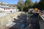 Links die Grube für das neue Becken, rechts davon erhöht das alte Becken.