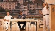 Kapitän Anton Anker (v.l., gespielt von Georg Moser), Billy Bob John James (Marcel Wider) und der erste Offizier Harry Schöner (Andreas Kaiser) auf der Bühne. (Bild: Vreny Schwegler)