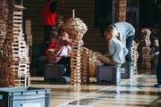 Die Schulkinder bauen konzentriert ihre Kappla-Türme. (Bild: PD)