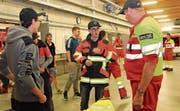 Kleiderprobe bei der Feuerwehr Buochs-Ennetbürgen, damit die Ausrüstung für die Ausbildung bereit ist. (Bild: Irene Infanger, 25. Oktober 2019)