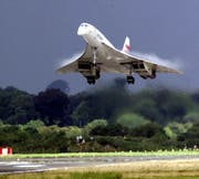 Eine Concorde der British Airways Concorde landet auf dem Shannon Airport in Irland am 7. August 2001. Bald darauf war es fertig mit dem Überschallflugzeug. (Bild: KEYSTONE/AP Photo/PA/Chris Bacon)