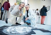 Constanza Filli Villiger bespricht mit Besucher Sepp Köppel ein Kunstwerk an der Museümli-Ausstellung. (Bild: Hansruedi Rohrer)