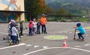 Die Kinder erhalten praktische Tipps zum Umgang mit Kickboards. (Bild: PD)