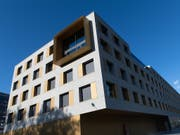 Die Groupe Mutuel - hier das Gebäude des Unternehmens im Wallis - zahlt ihren Versicherten Geld zurück (Archivbild). (Bild: KEYSTONE/OLIVIER MAIRE)