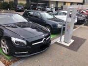 Zwei Autos mit Verbrennungsmotoren, parkiert auf E-Parkplätzen in Frauenfeld. (Bild: «Vladlen Berthet»/Facebook)