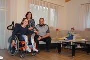 Philipp und Angelika Estermann mit ihrer Tochter Fabienne (11). (Bild: Christian Tschümperlin, Erstfeld, 28. Oktober 2019)