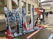 Das Wort «Mut» auf dem St.Galler Marktplatz. Wem die Farben bekannt vorkommen: Entstanden sind die Buchstaben aus Holz der Kulisse der diesjährigen Festspiele. (Bild: Reto Voneschen - 29. Oktober 2019)