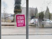 Flyer für eine Demonstration gegen Rassismus: Ein Schweizerpass schützt nicht vor Diskriminierung. Auch Schweizerinnen und Schweizer mit Migrationshintergrund werden in verschiedenen Lebensbereichen benachteiligt. (Bild: KEYSTONE/GAETAN BALLY)