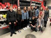 Die Erstfelder Jungbürgerinnen und Jungbürger besichtigen das Feuerwehrlokal. (Bild: PD)