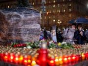 Kerzen für die Opfer des Massenmörders Josef Stalin vor der ehemaligen Geheimdienstzentrale in Moskau. (Bild: KEYSTONE/AP/ALEXANDER ZEMLIANICHENKO)