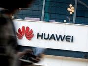 Die USA wollen zum nächsten Schlag gegen den chinesischen Konzern Huawei ausholen und formal einen Bann aussprechen. (Bild: KEYSTONE/AP/ANDY WONG)